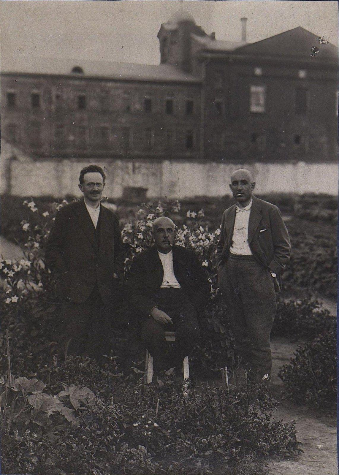 18. Три человека в огороде