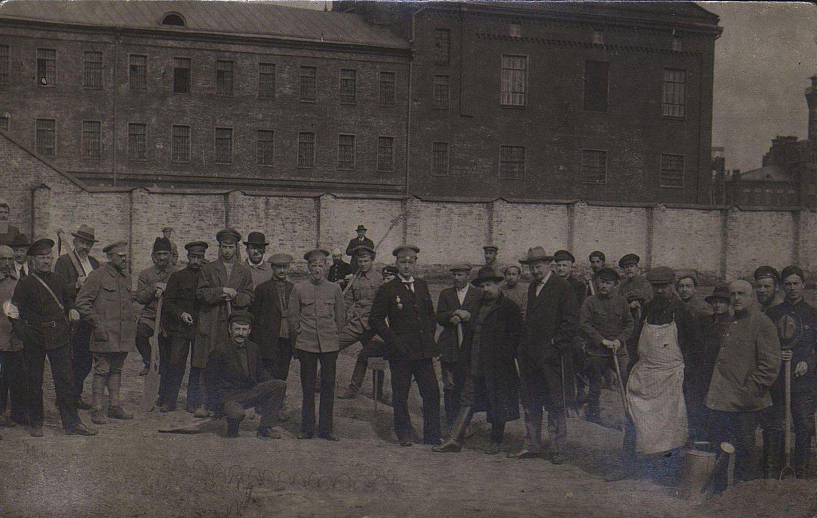 16. Групповое фото у здания тюрьмы