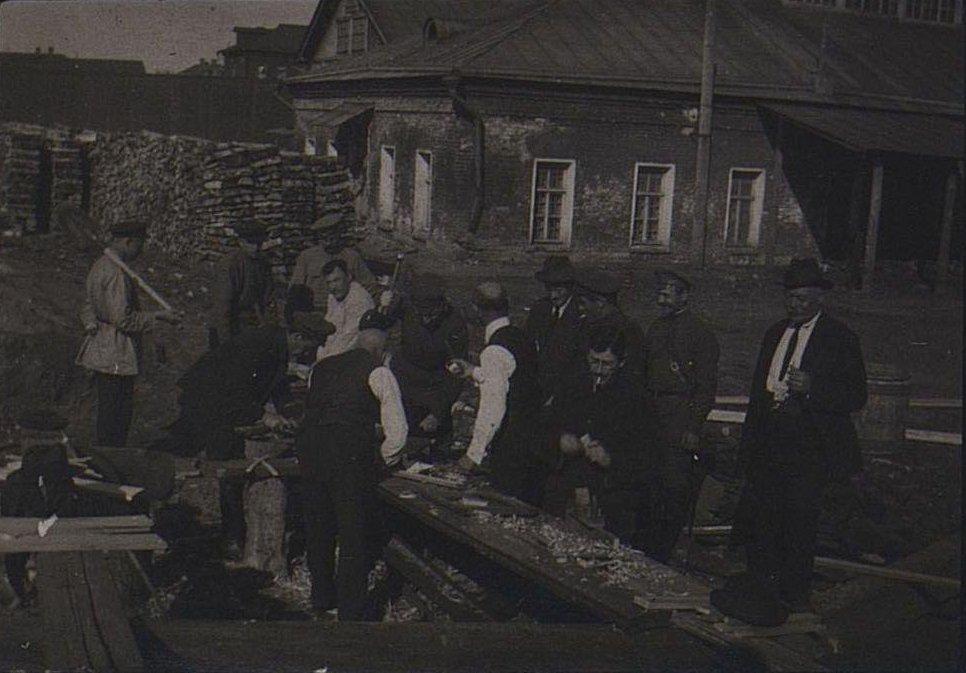 15. Группа людей во дворе у одноэтажного здания