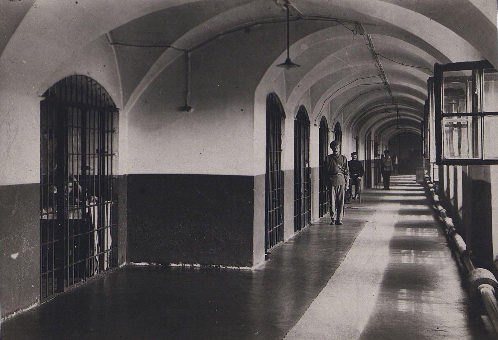 02. Тюремный коридор