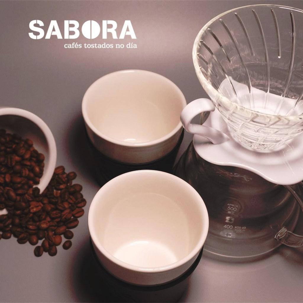 Cafetera Hario V60 con cuenco de café en grano