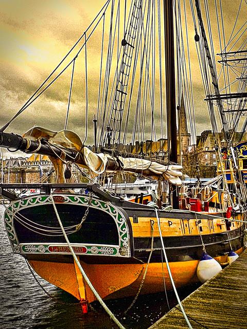 Voilier dans le port de Saint-Malo.