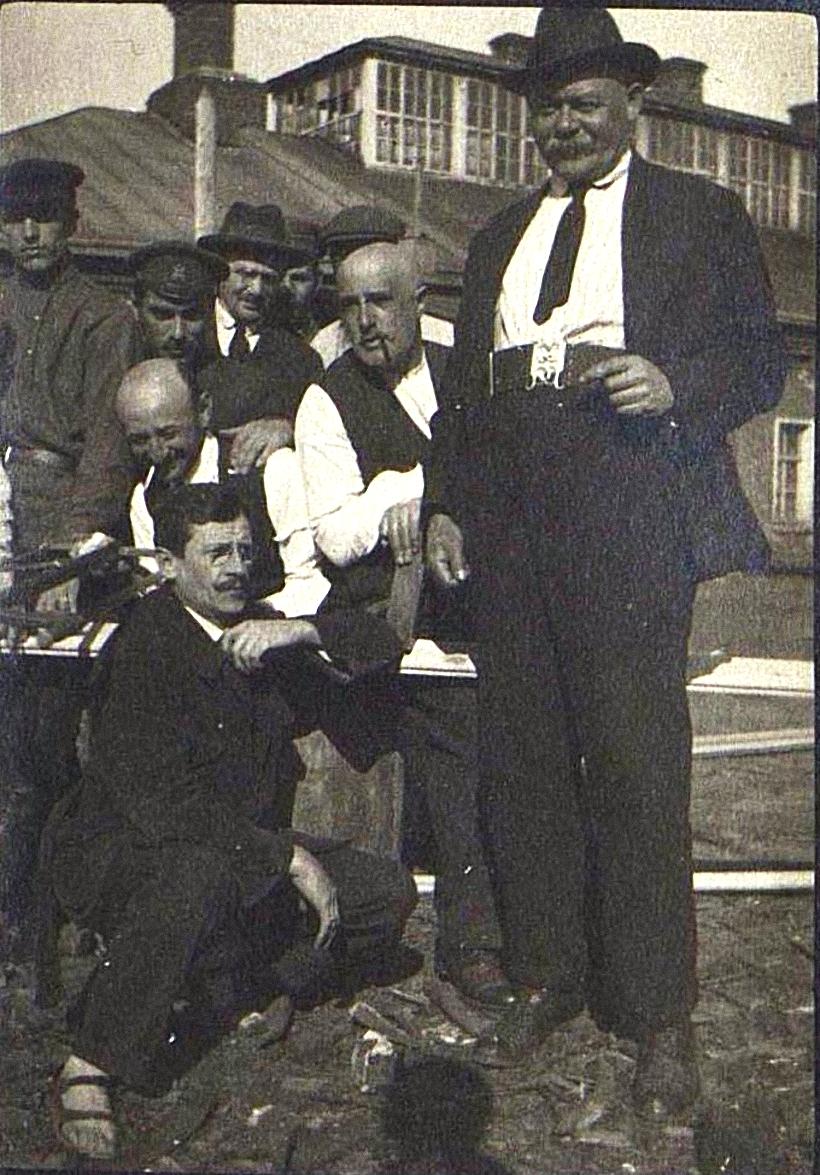 23. Группа заключённых у одноэтажного здания