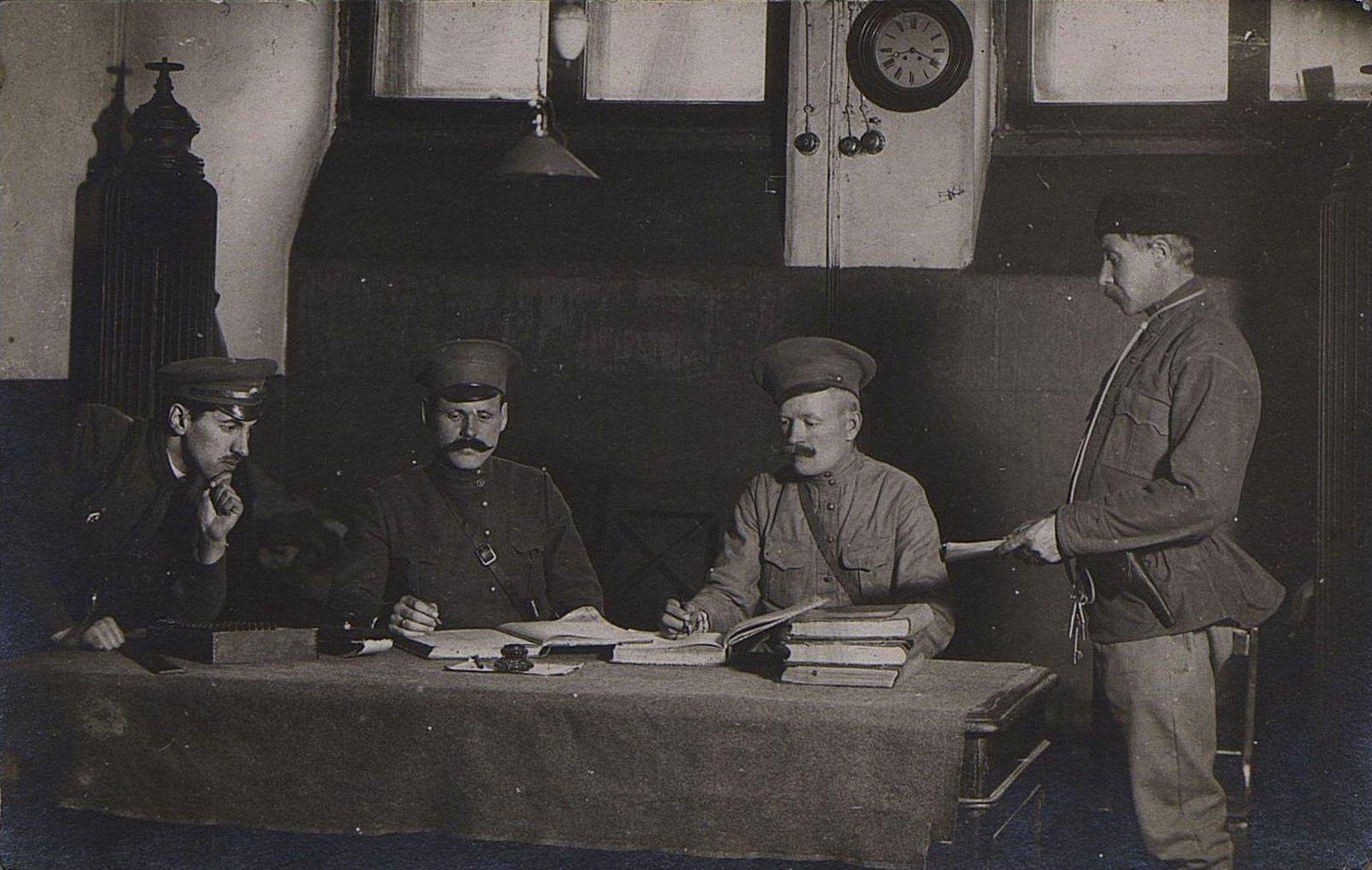 11. Четыре человека у стола