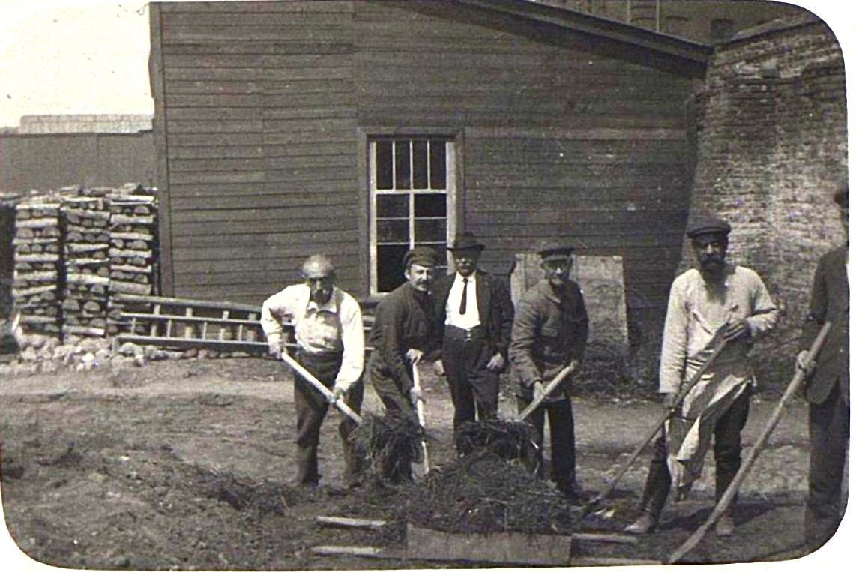 29. Группа заключённых за работой