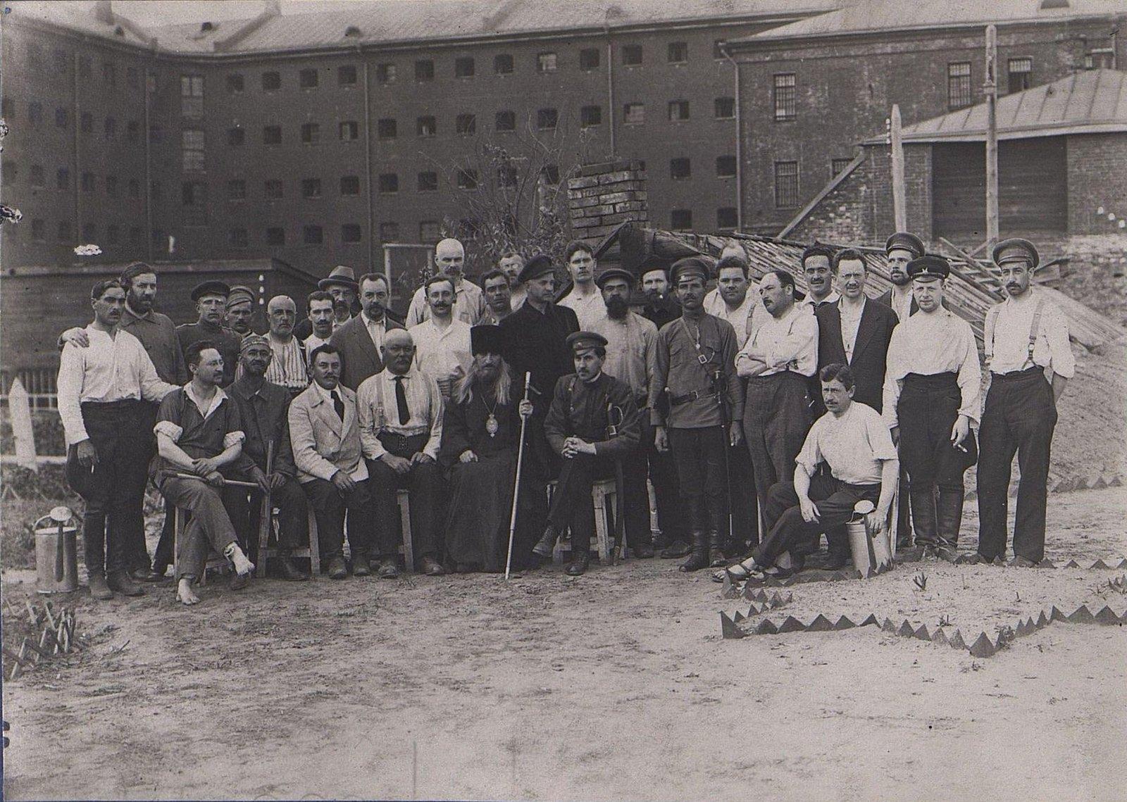 27. Групповое фото у здания тюрьмы
