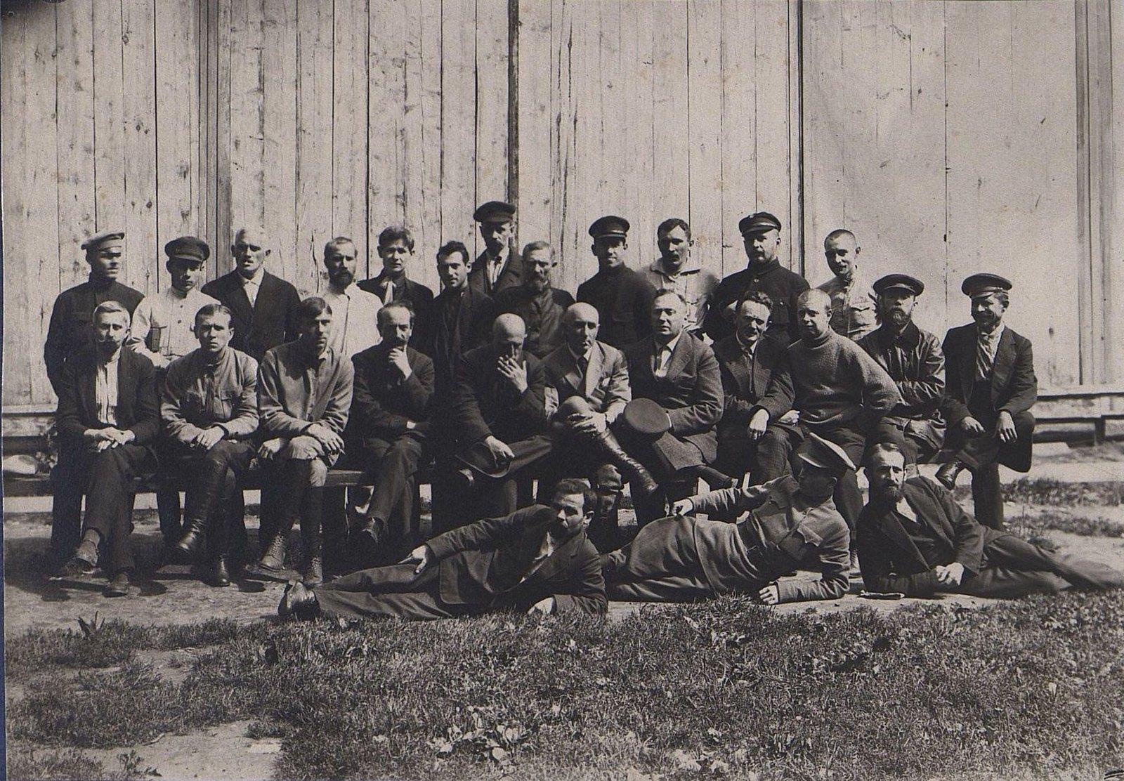21. Групповое фото на фоне деревянного забора