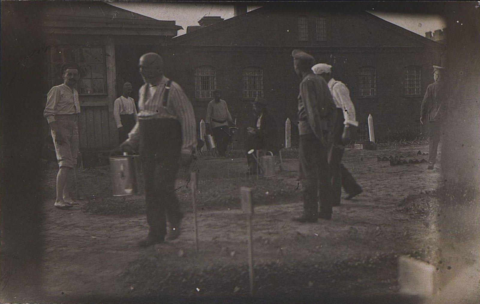 17. Группа заключённых в огороде