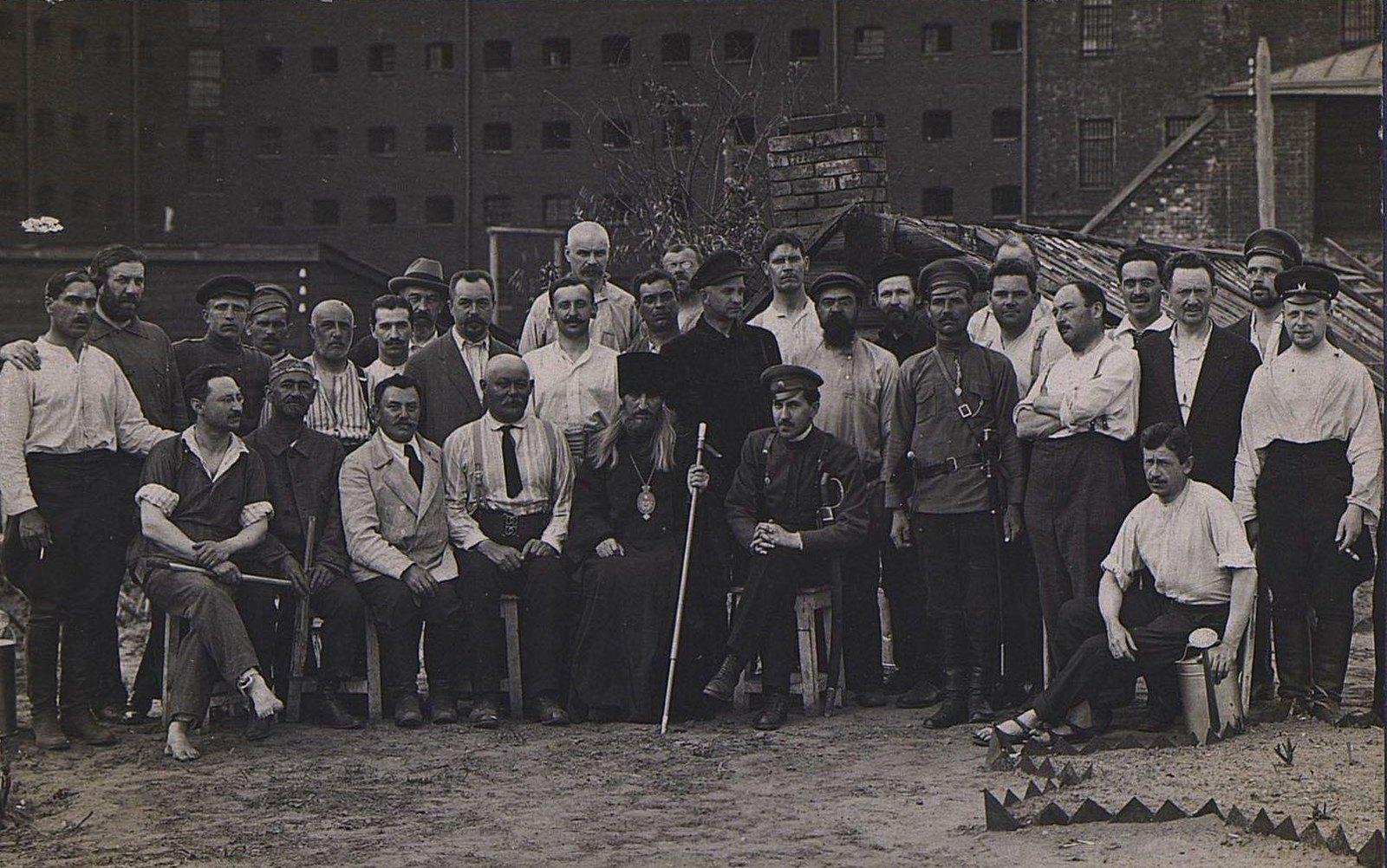 09. Групповое фото у здания тюрьмы