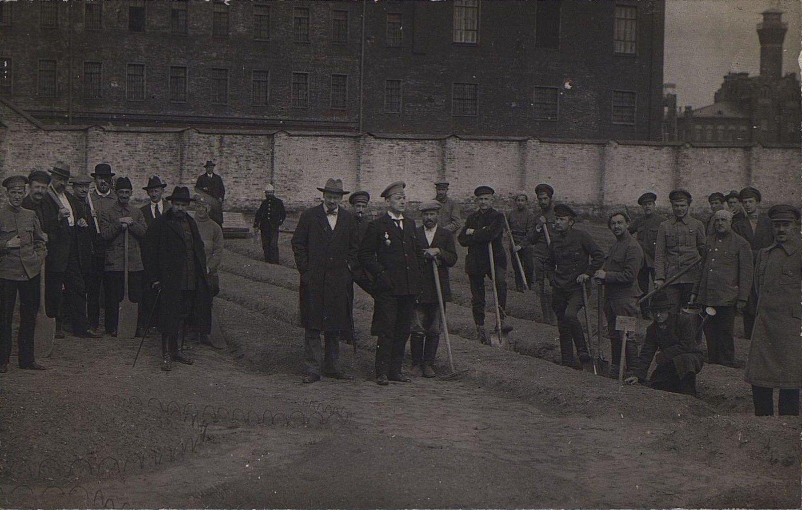 08. Групповое фото у здания тюрьмы