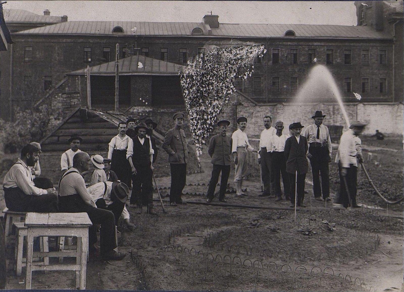 04. Групповое фото у здания тюрьмы