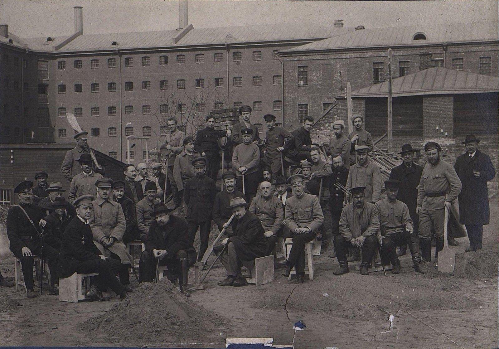 03. Групповое фото у здания тюрьмы