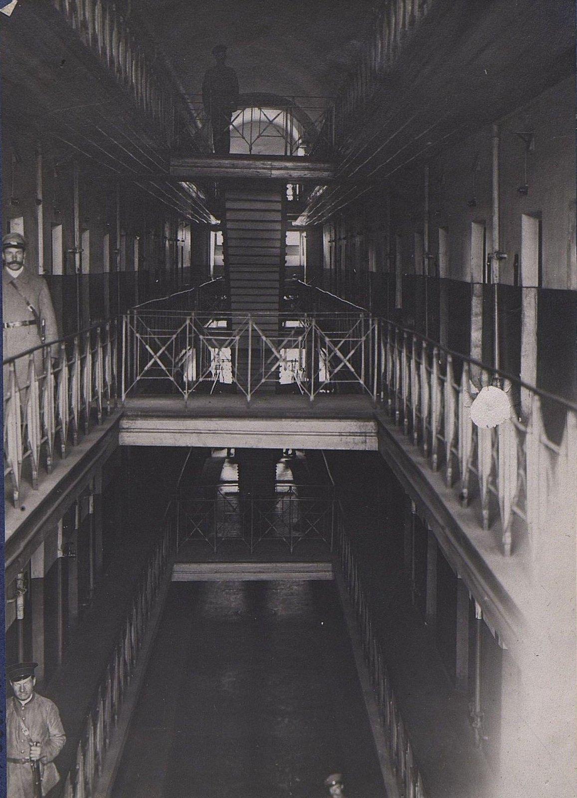01. Внутреннее помещение тюрьмы