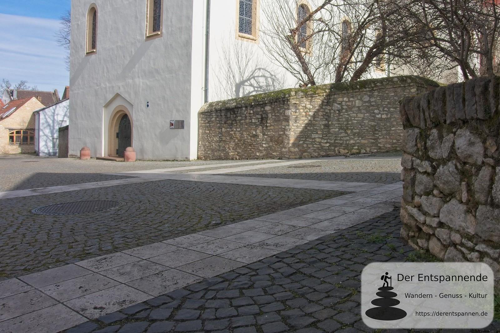 Weiße Travertinenplatte zeigen ehmalige Fundamente an (Kaiserpfalz Ingelheim)