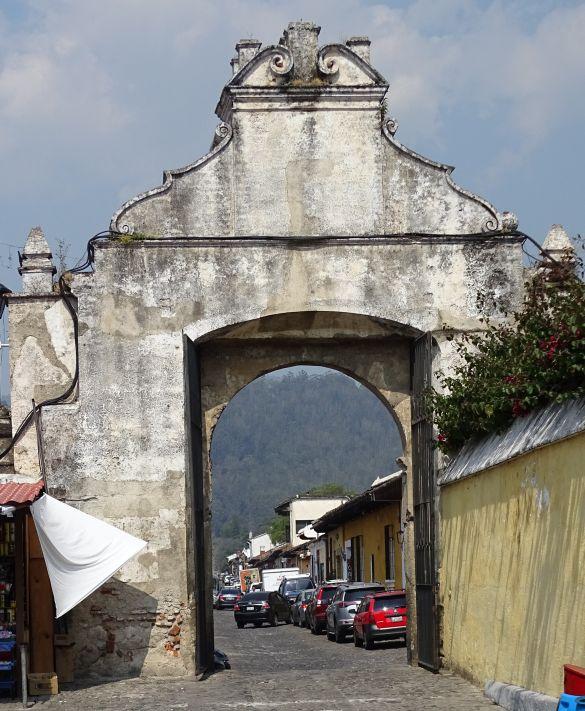 DSC00743 GuatemalaAntiguaIglesiaDeSanFranciscoVanafHetKerkpleinGezien