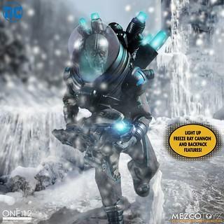 超大把的「冷凍雷射加農」實在炫炮! MEZCO ONE:12 COLLECTIVE 系列 DC【急凍人 - 豪華版】Mr. Freeze - Deluxe Edition 1/12 比例可動人偶