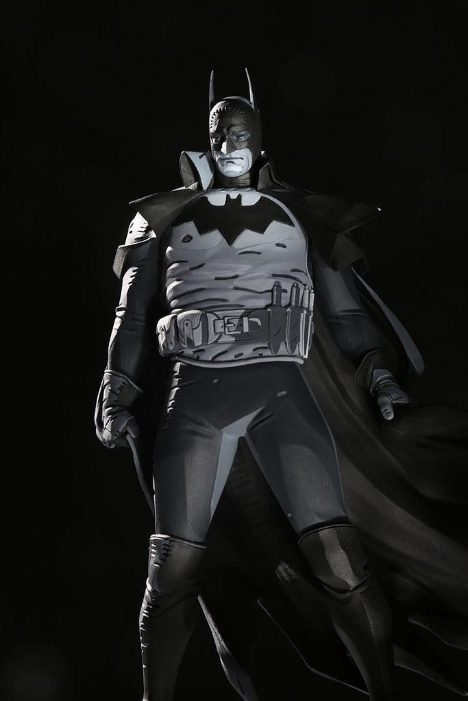 再現光影魔術師的迷人筆觸! DC Direct 蝙蝠俠黑白雕像系列《蝙蝠俠:煤氣燈下的高譚市》「蝙蝠俠 (Batman)By Mike Mignola」全身雕像