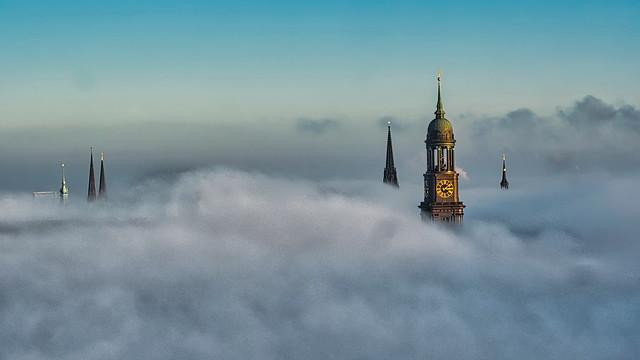 2020-01-01  Hamburger Türme ragen aus dem Nebel