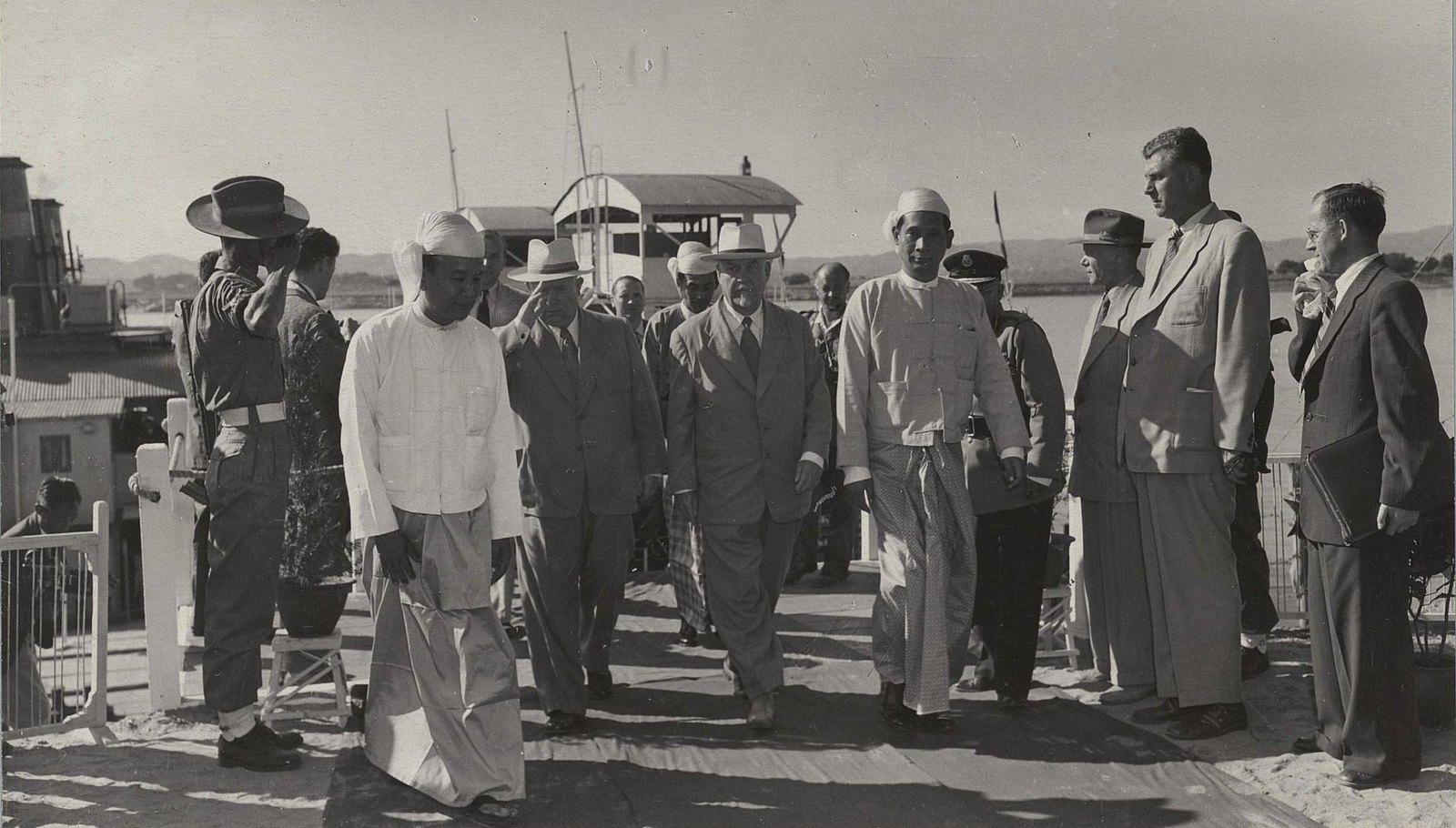 22. Н.С. Хрущёв и Н.А. Булганин на пристани в Мандалае