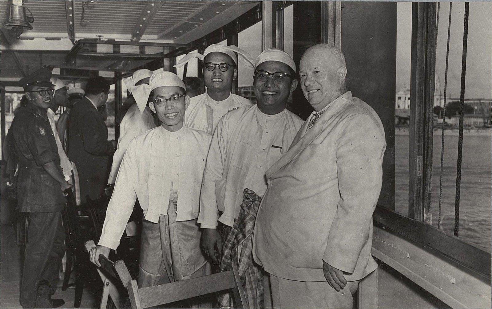 21. Н.С. Хрущёв с представителями Бирмы на теплоходе Тиа