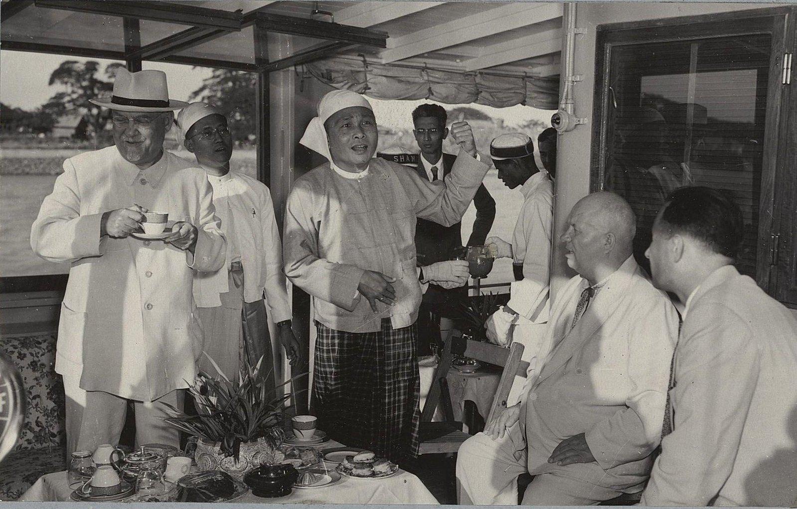 20. Н.А.Булганин, Н.С.Хрущёв с представителями Бирмы на теплоходе Тиа