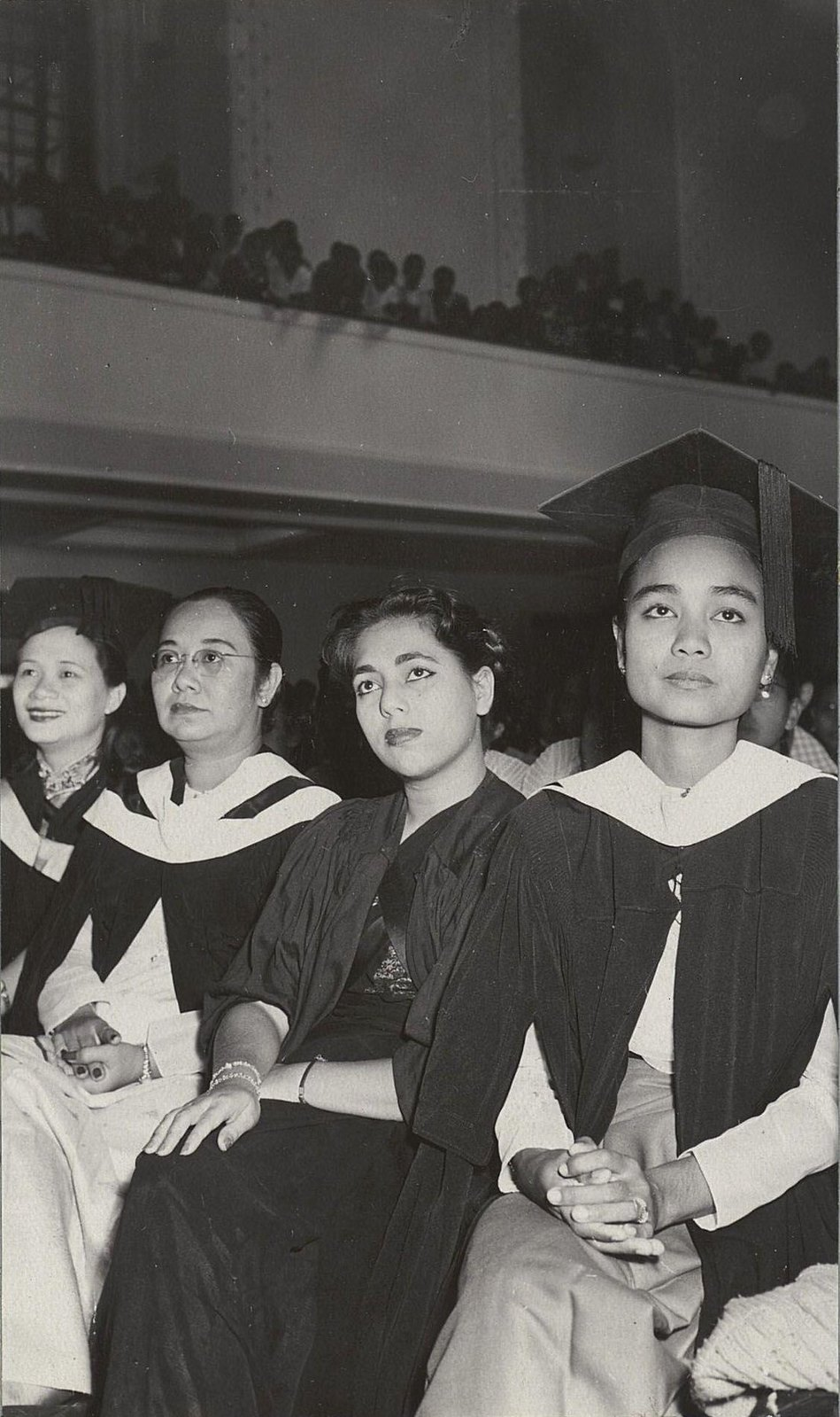 18. В Рангунском Университете. Четыре представительницы Университета