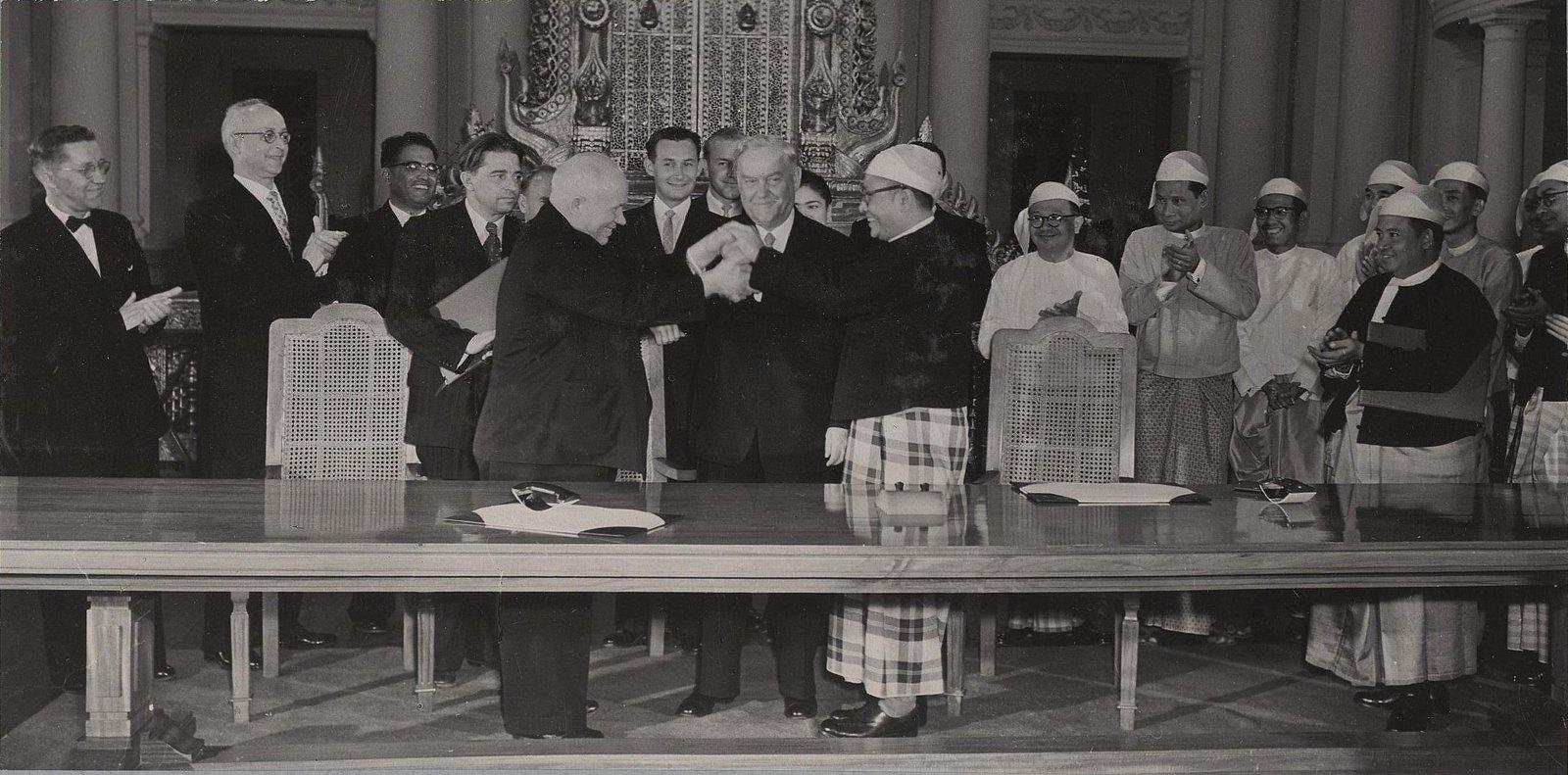 07. Подписание совместног заявления в Рангуне. Н.С. Хрущёв и У Ну приветствуют друг друга