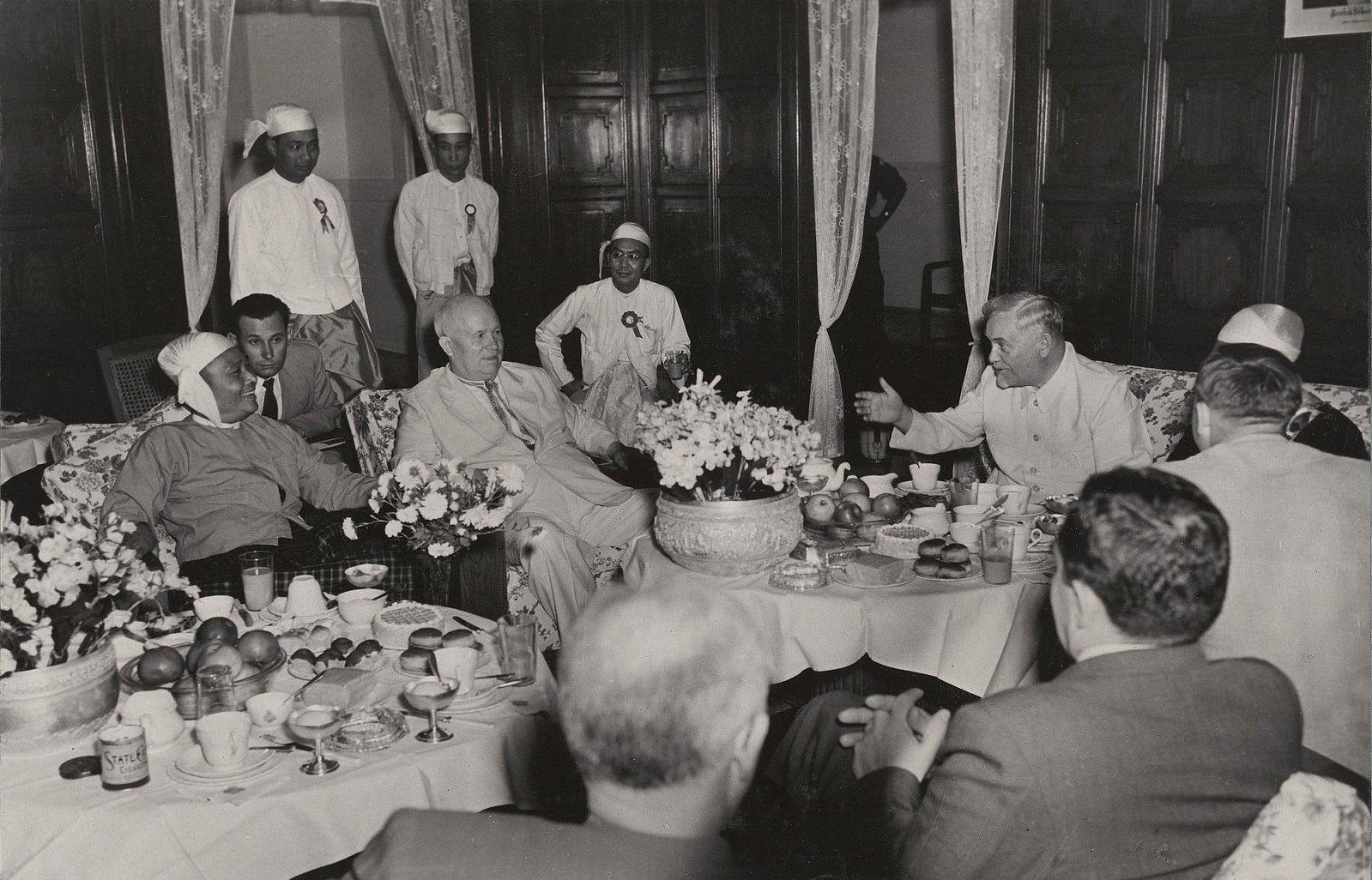 06. Беседа с премьер-министром Бирмы У Ну на гражданском приеме в зале муниципалитета в Рангуне
