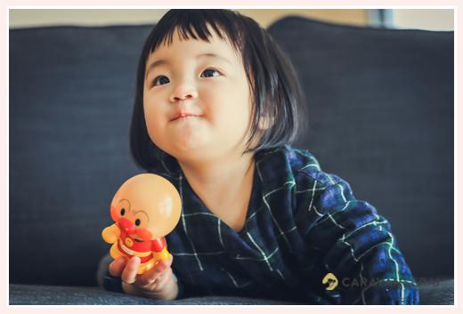 アンパンマン人形を気に入った1才の女の子