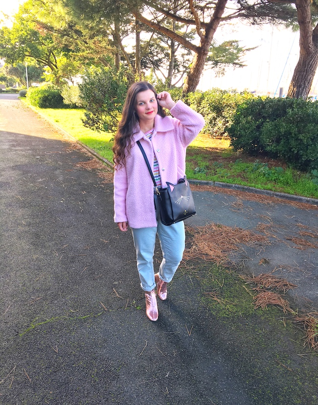 Look en manteau rose, jean et bottines roses à paillettes