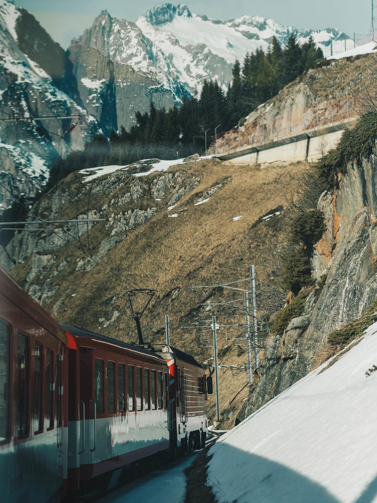 Junan ikkunasta on mieletöntä ihailla Alppien maisemia
