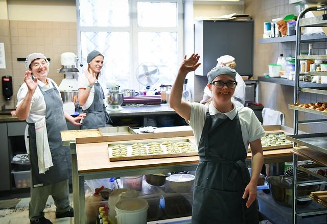"""06.03.2020. Valsts prezidents Egils Levits apmeklē kafejnīcu """"RB Cafe"""" un tiekas ar Sociālās uzņēmējdarbības asociācijas vadītāju Madaru Ūlandi un tās pārstāvjiem, lai diskutētu par sociālās uzņēmējdarbības vides attīstību Latvijā"""