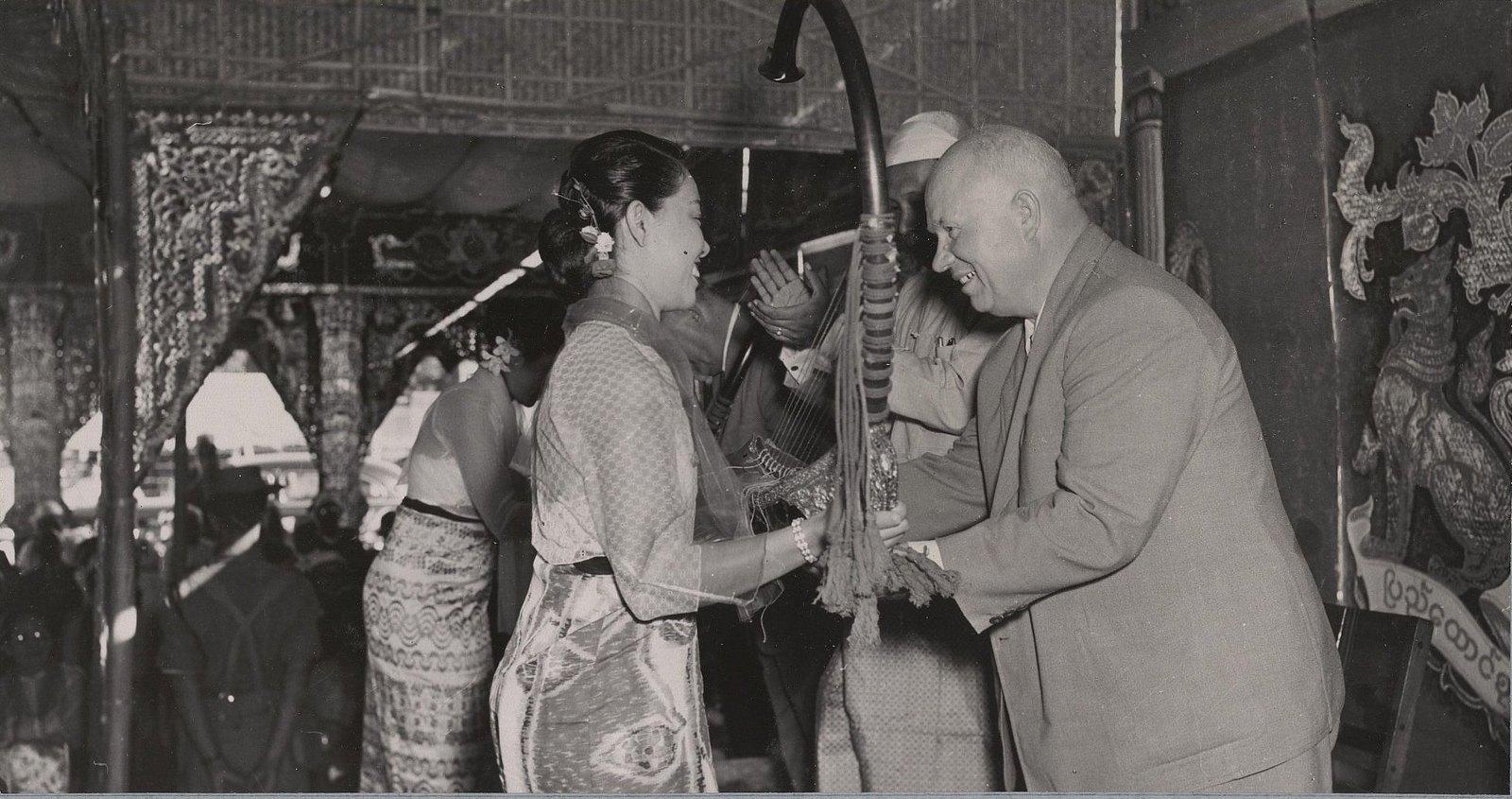 24. В Мандалае. Н.С. Хрущёв принимает из рук бирманки музыкальный инструмент