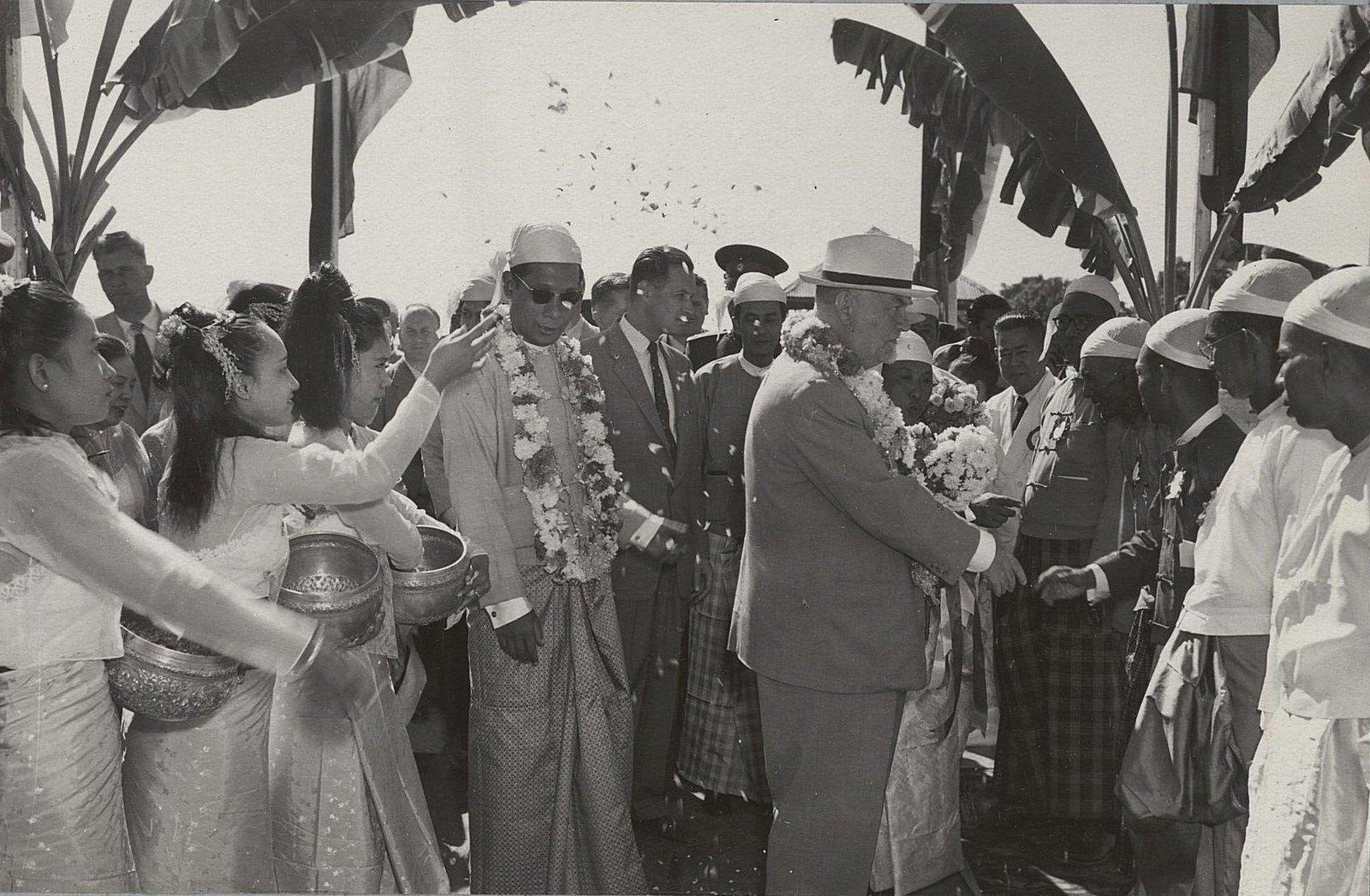23. В Мандалае. Н.А.Булганин здоровается с бирманцами