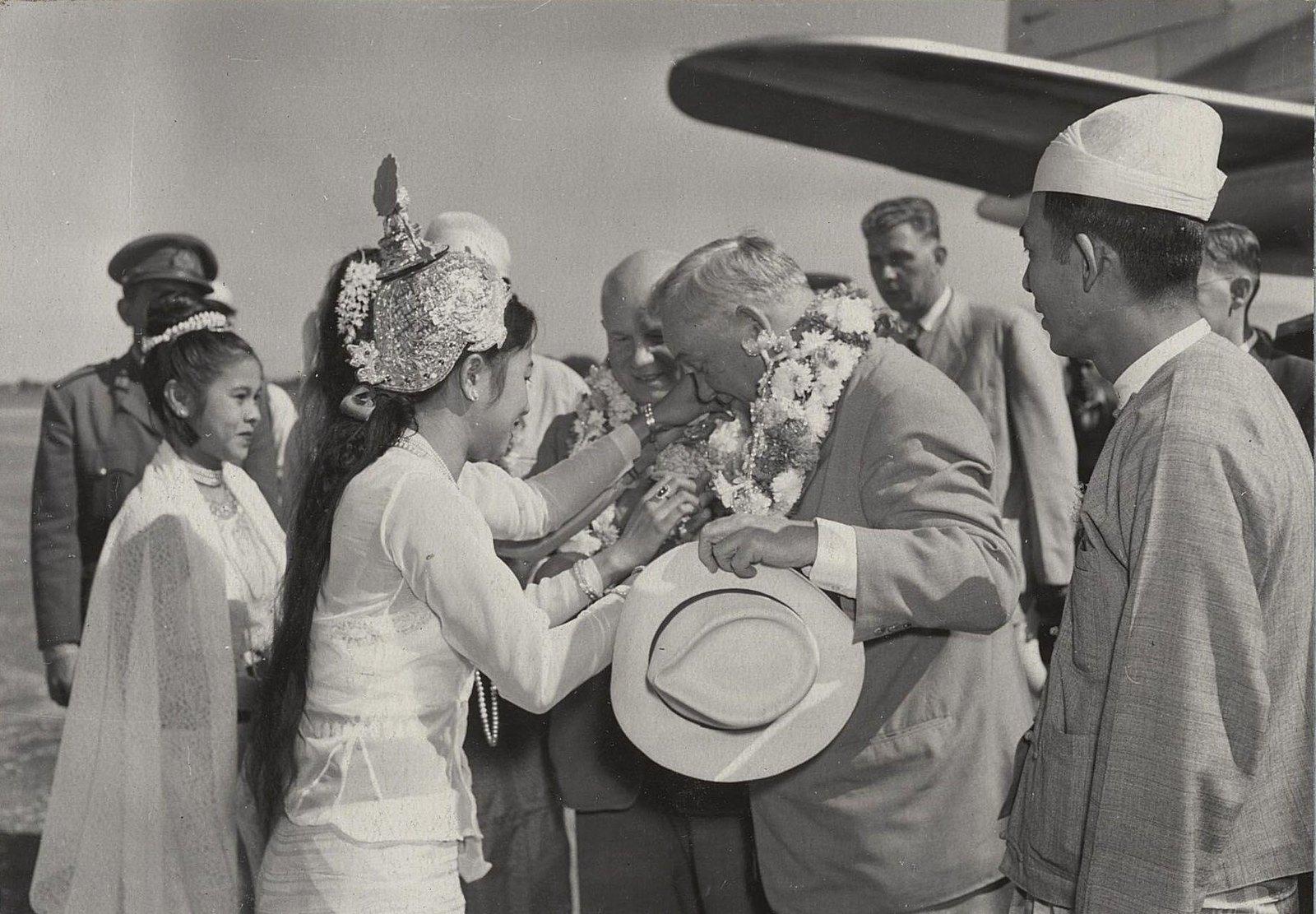 01. Встреча на Рангунском аэродроме. Бирманские девушки в национальных костюмах приветствуют членов советской делегации