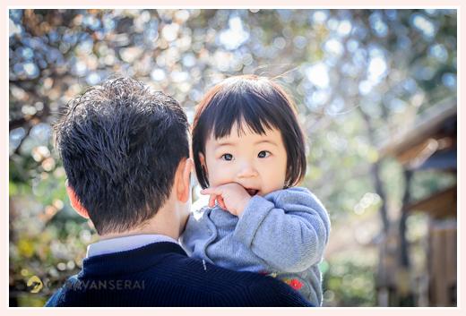 パパに抱っこされる1才の女の子 公園