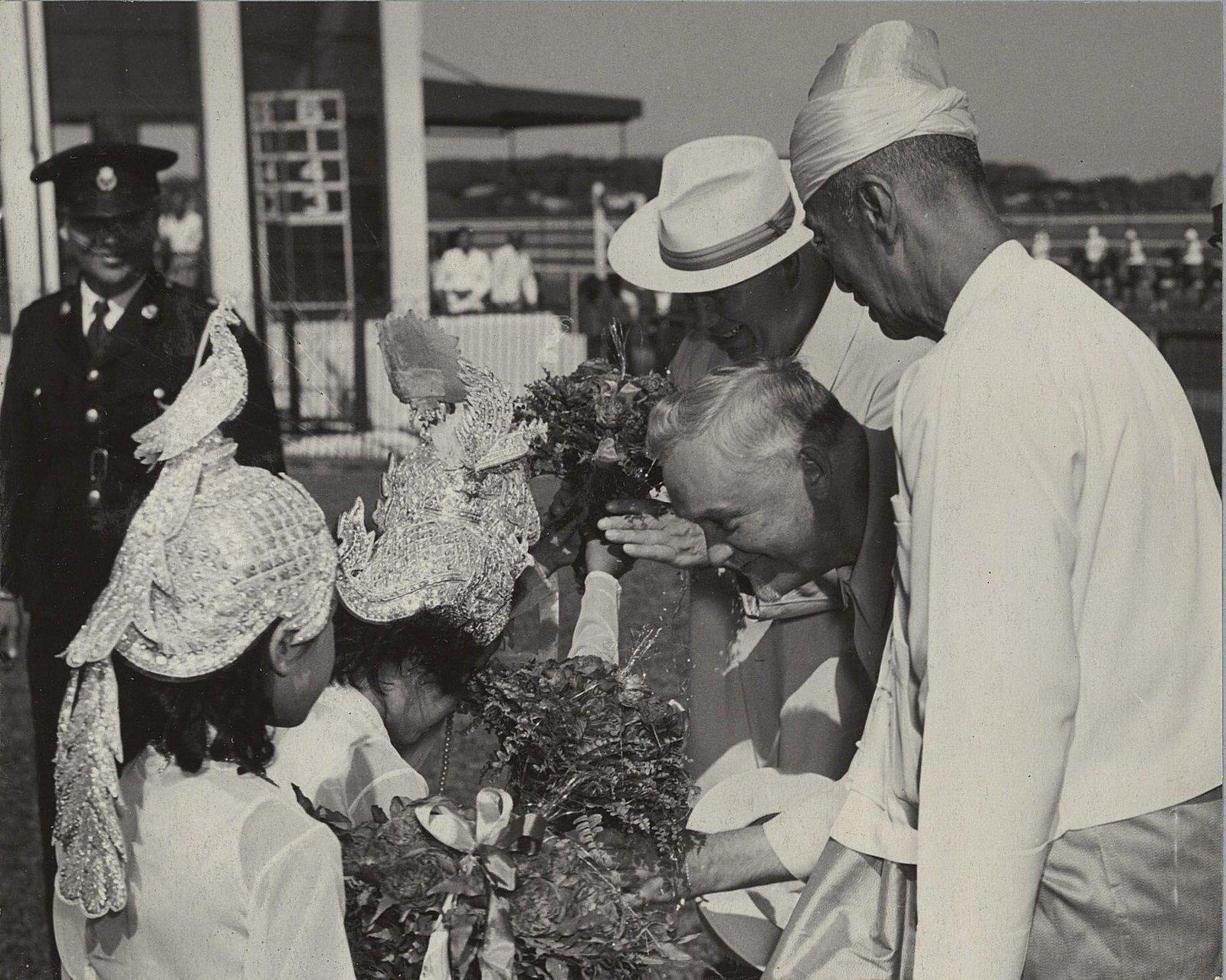09. На Рангунском ипподроме. Бирманские девочки приветствуют Н.А.Булганина и Н.С.Хрущёва