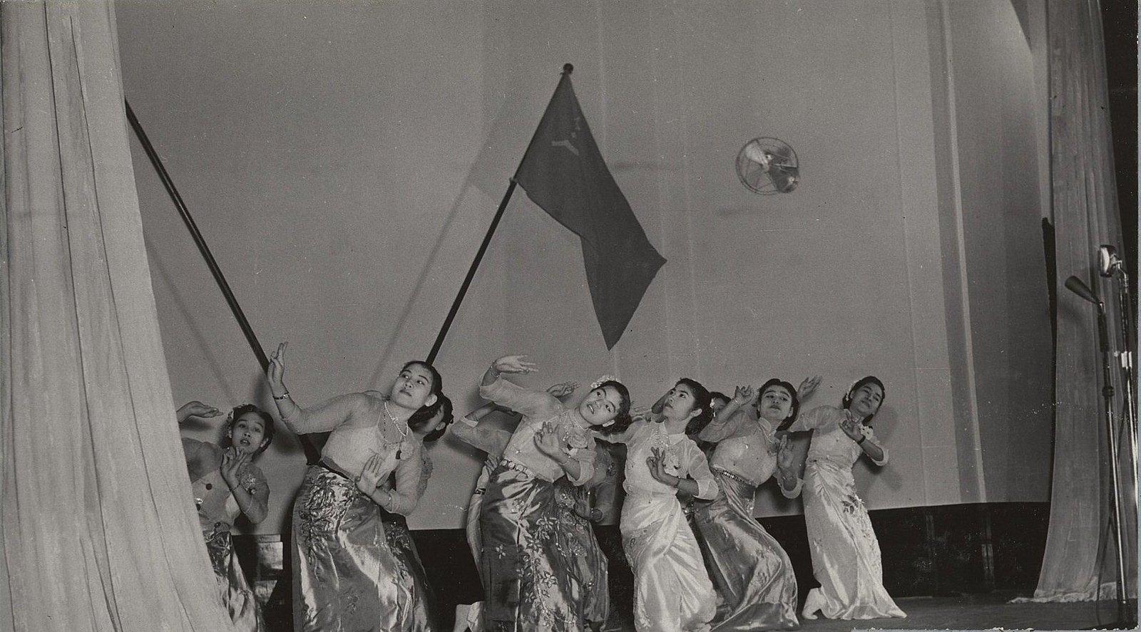 06. На гражданском приеме в зале муниципалитета в Рангуне.