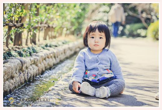道に座り込む1才の女の子