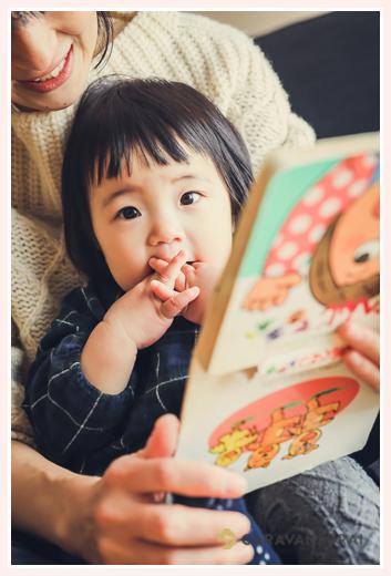 ママに絵本を読んでもらう女の子