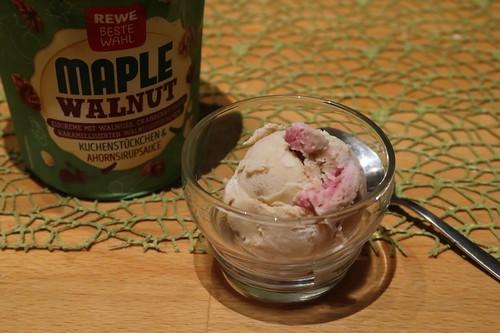 1 Kugel Walnusseiscreme mit Cranberrysauce und karamellisierten Walnussstückchen