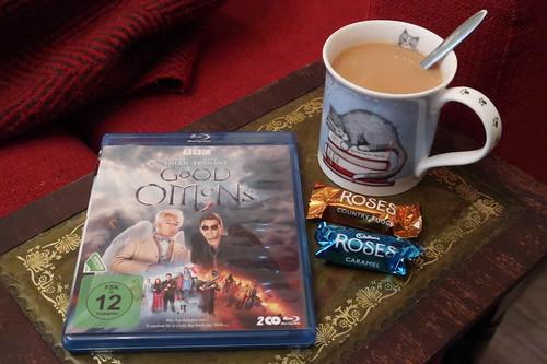 """Englischer Tee und Cadbury Country Fudge sowie Cadbury Caramel Chocolate zur vierten Folge der Mini-Serie """"Good Omens"""""""
