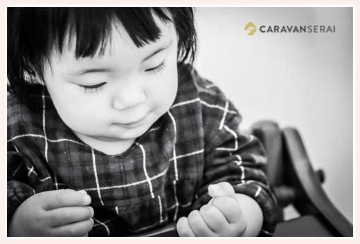 まつげの長い女の子 1歳 モノクロ写真