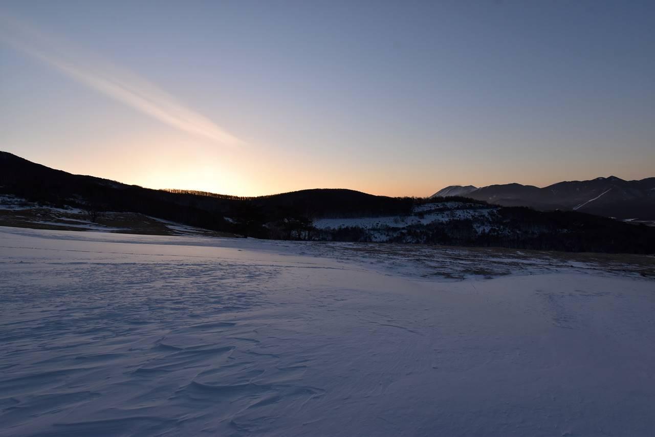 四阿山の牧場から迎える朝日
