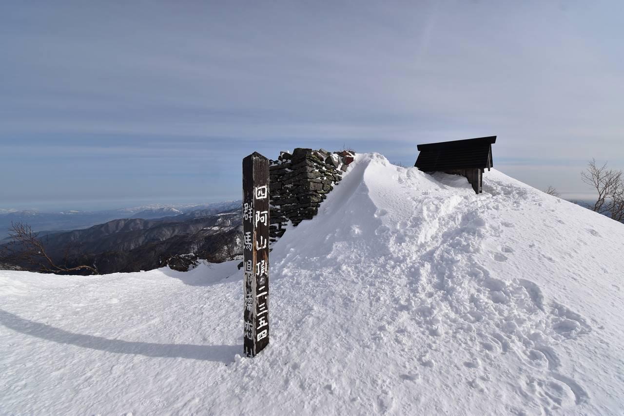 雪の四阿山山頂標識