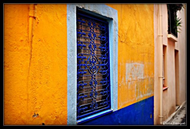 Fenêtre avec fer forgé bleu