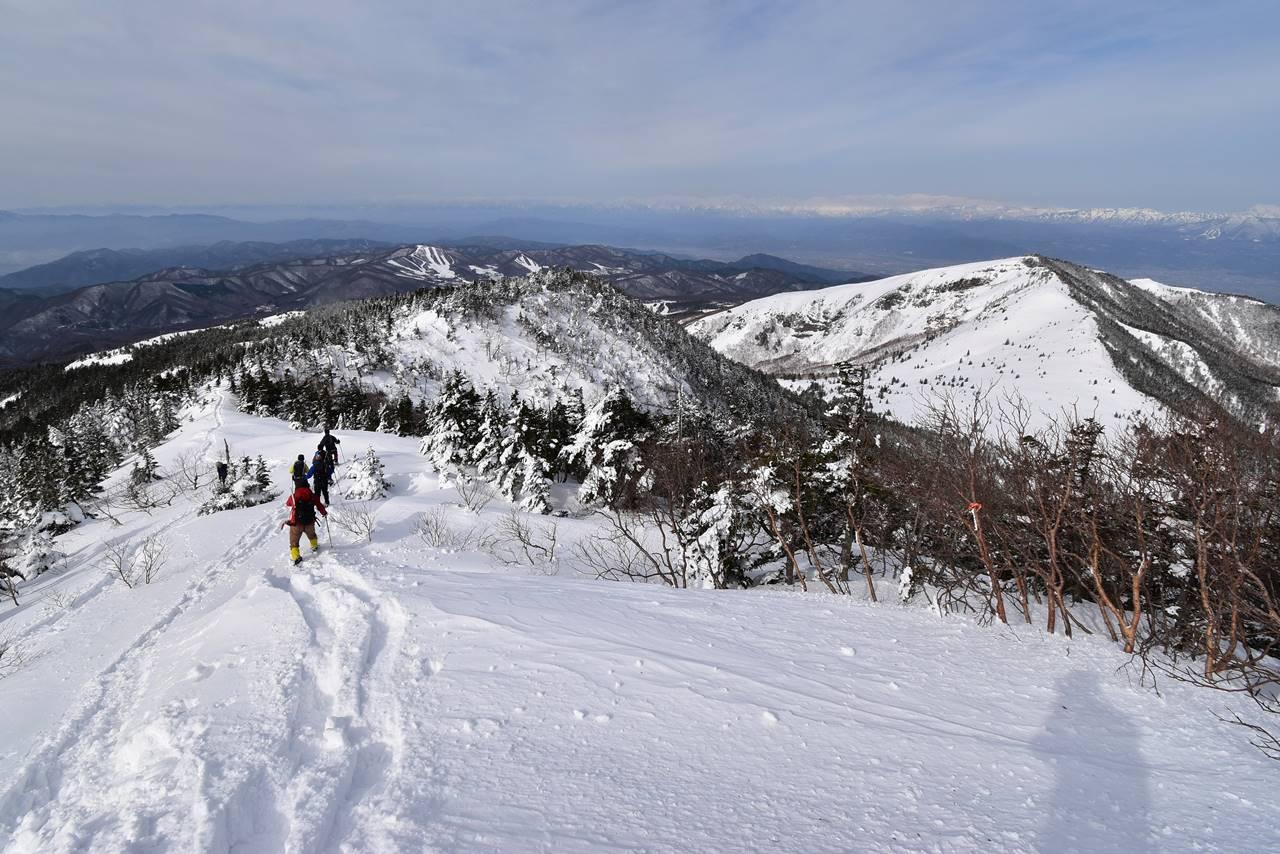 四阿山から根子岳の雪の稜線風景