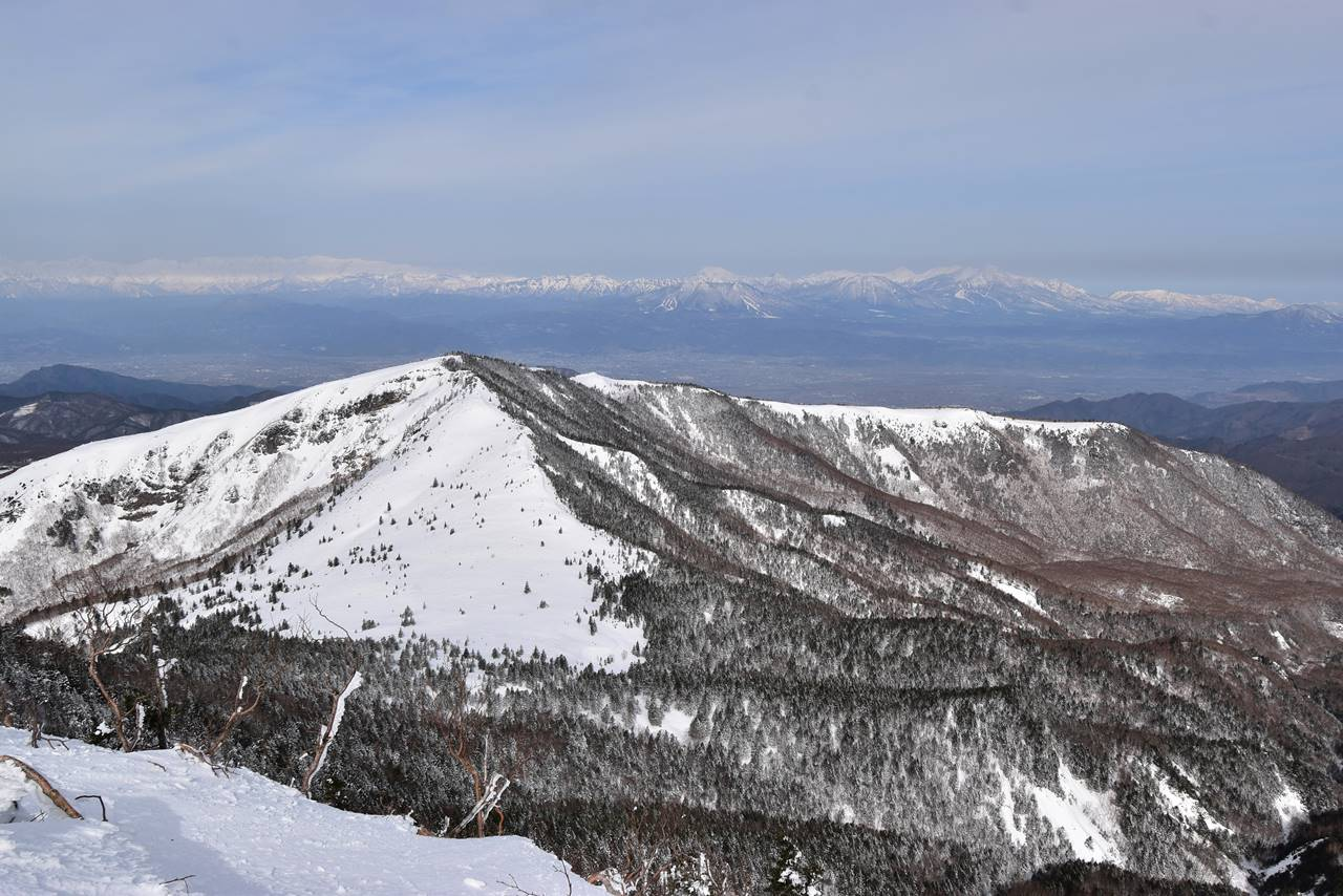 四阿山山頂から眺める根子岳と北アルプス・北信五岳
