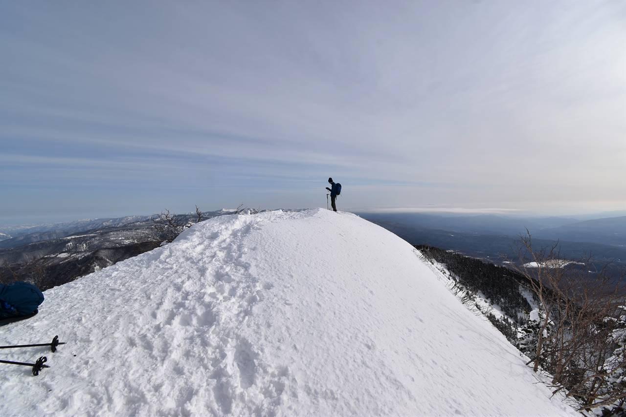 切れ落ちた雪の四阿山