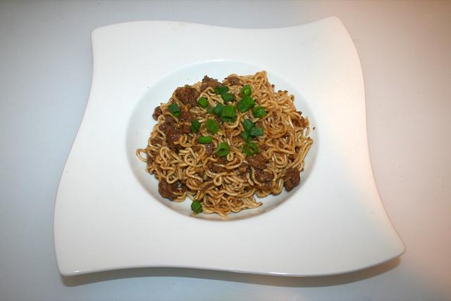 23 - Dan Dan noodles with beef - Served / Dan Dan Nudeln mit Rinderhackfleisch - Serviert